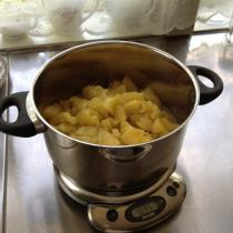 Många kilo äppelmos kokades till äppelkanelbullar...