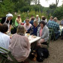 Cafégäster i trädgården